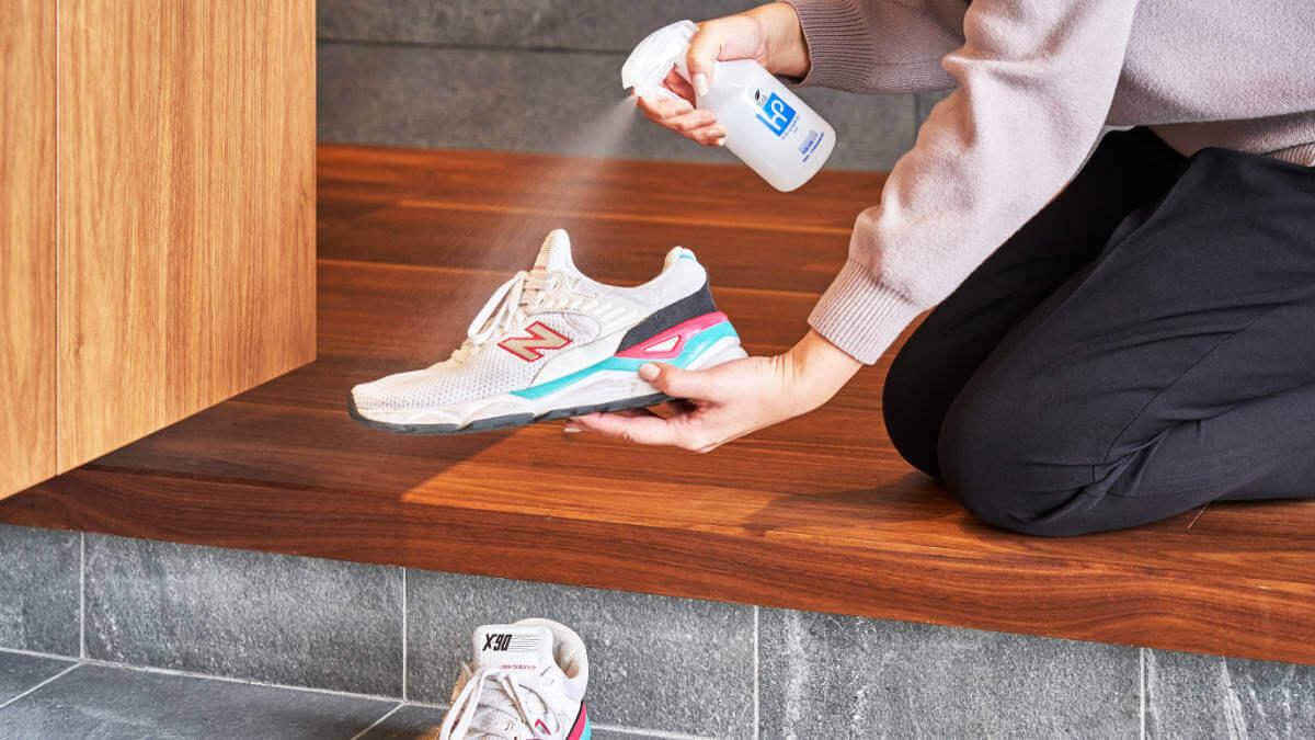 消臭スプレーを運動靴に使う様子